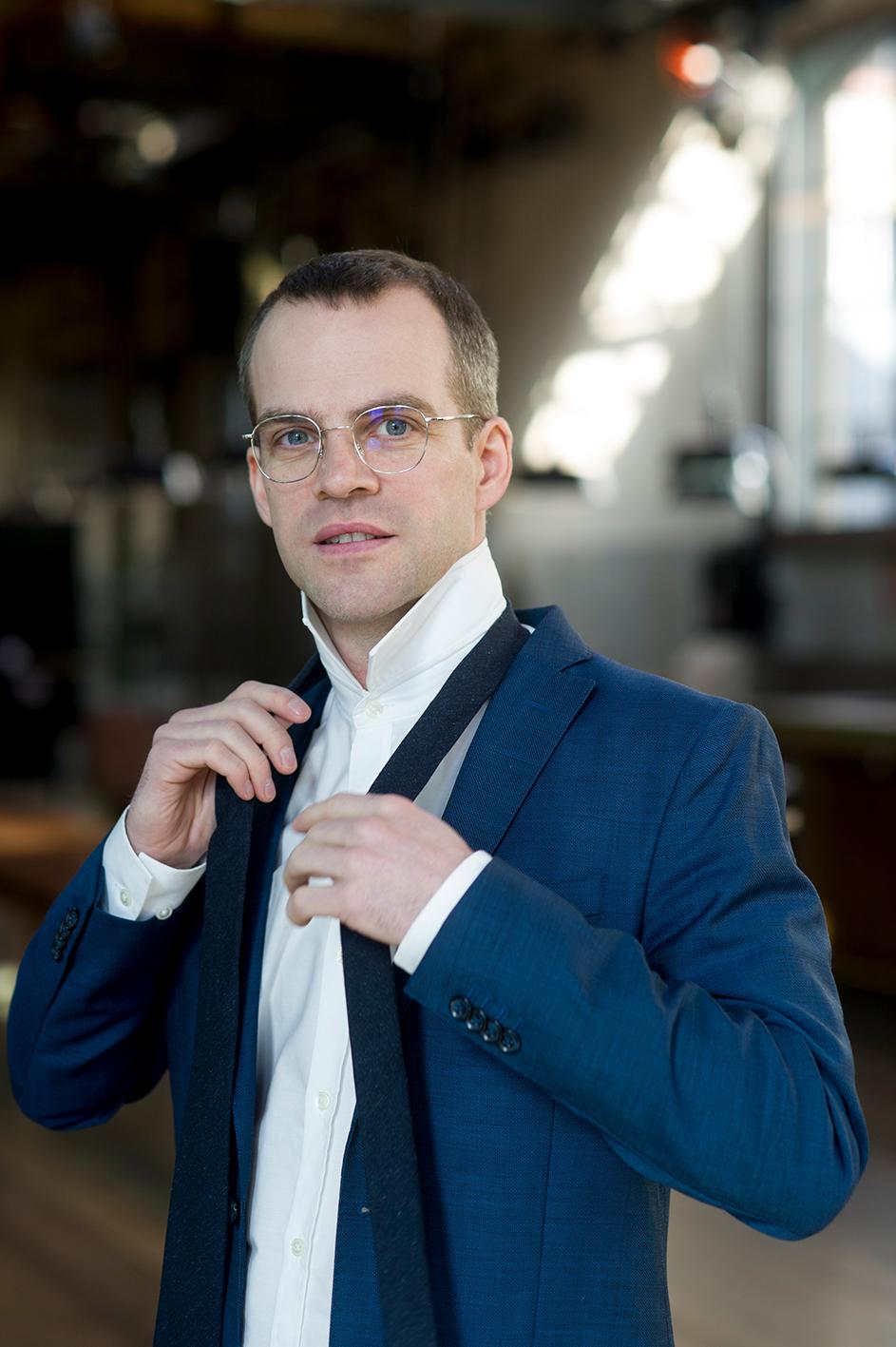 Pascal Goffin bindet sich eine Krawatte, lächelnd